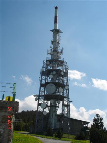 Prawie na szczycie. Wieża TV. Jeszcze ok. 300 metrów, wąskimi kamienistymi ścieżkami.