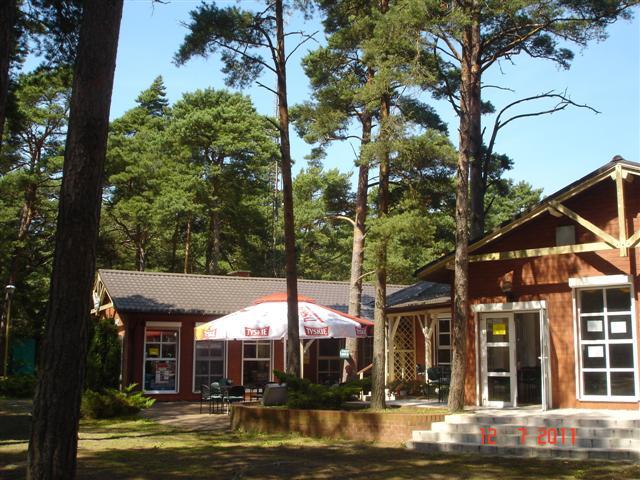 Sklep i restauracja na ośrodku.