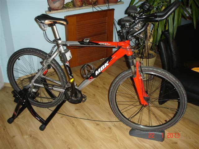 Trenażer z zamontowanym rowerem