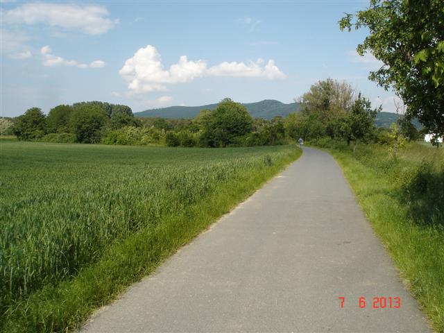 Ścieżka przez pola i lasy