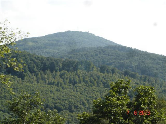 Szczyt Melibokus 514 mnpm widziany z bliźniaczego szczytu